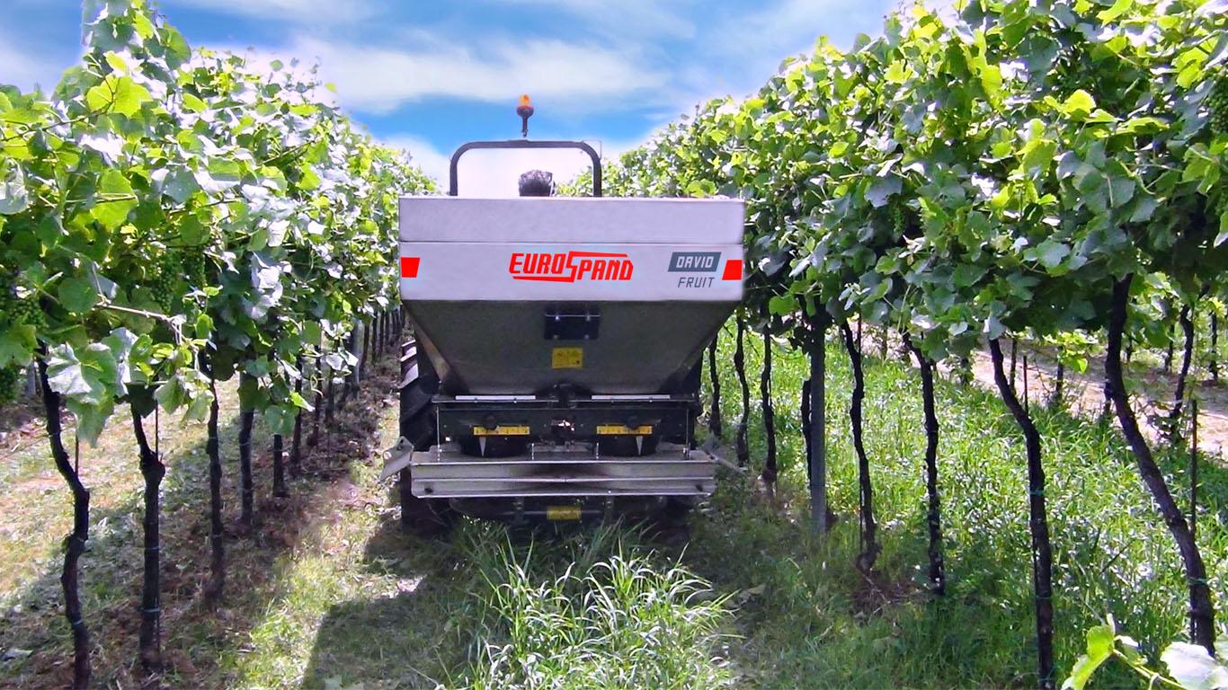 Localized inter-row fertilizer spreader DAVID FRUIT-COMPACT